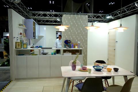 冷蔵庫のスペースは設計上困るのですが逆転の発想で装飾壁面に。