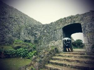 「中城城跡」と写真に入りたがらない娘と。